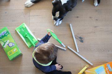 Kind Hund und Haushalt