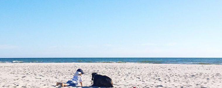 mit-kind-und-hund-am-strand-urlaub-reisen-nordsee-unvergesslich