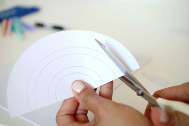 Basteln mit Papier Mobile selber machen Regenbogen und Wolken
