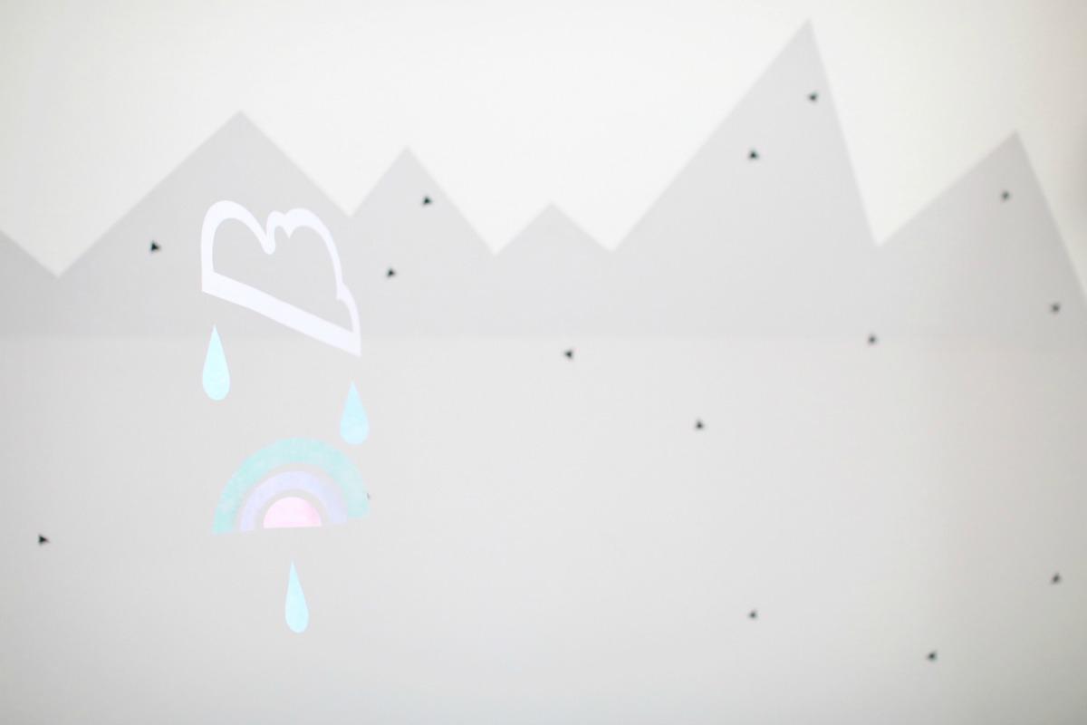 Mobile aus Papier selber machen: Wolke und Regenbogen basteln. Eine tolle Dekoidee für das Kinderzimmer