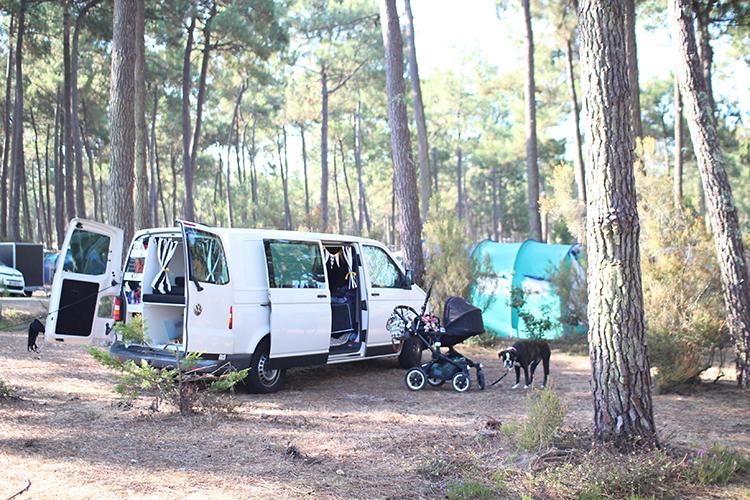 Campen mit Baby und Hund