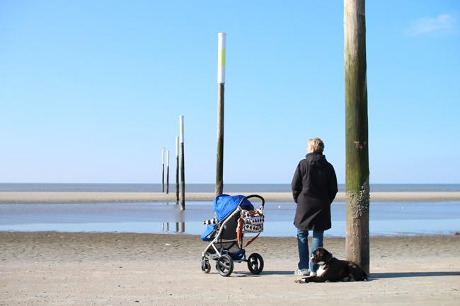 Familienausflug am Strand welcher Kinderwagen
