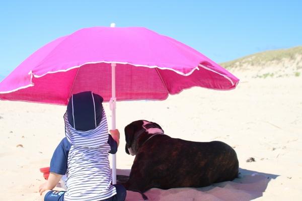 07 Strand mit Kind und Hund Baby Frankreich