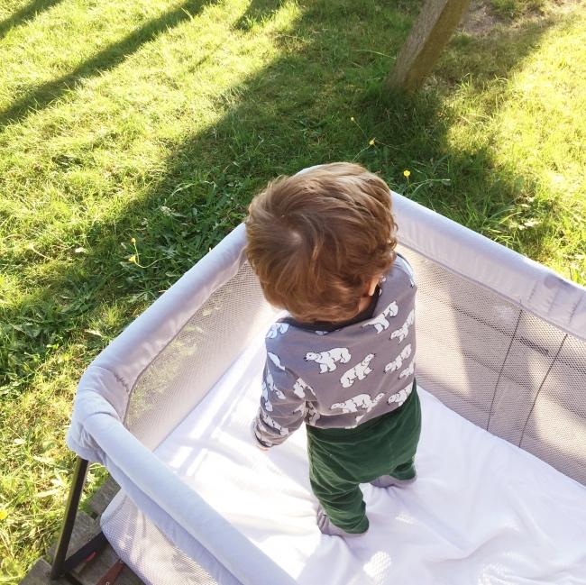 wie-kinder-auf-reisen-schlafen-babybett-reisebett