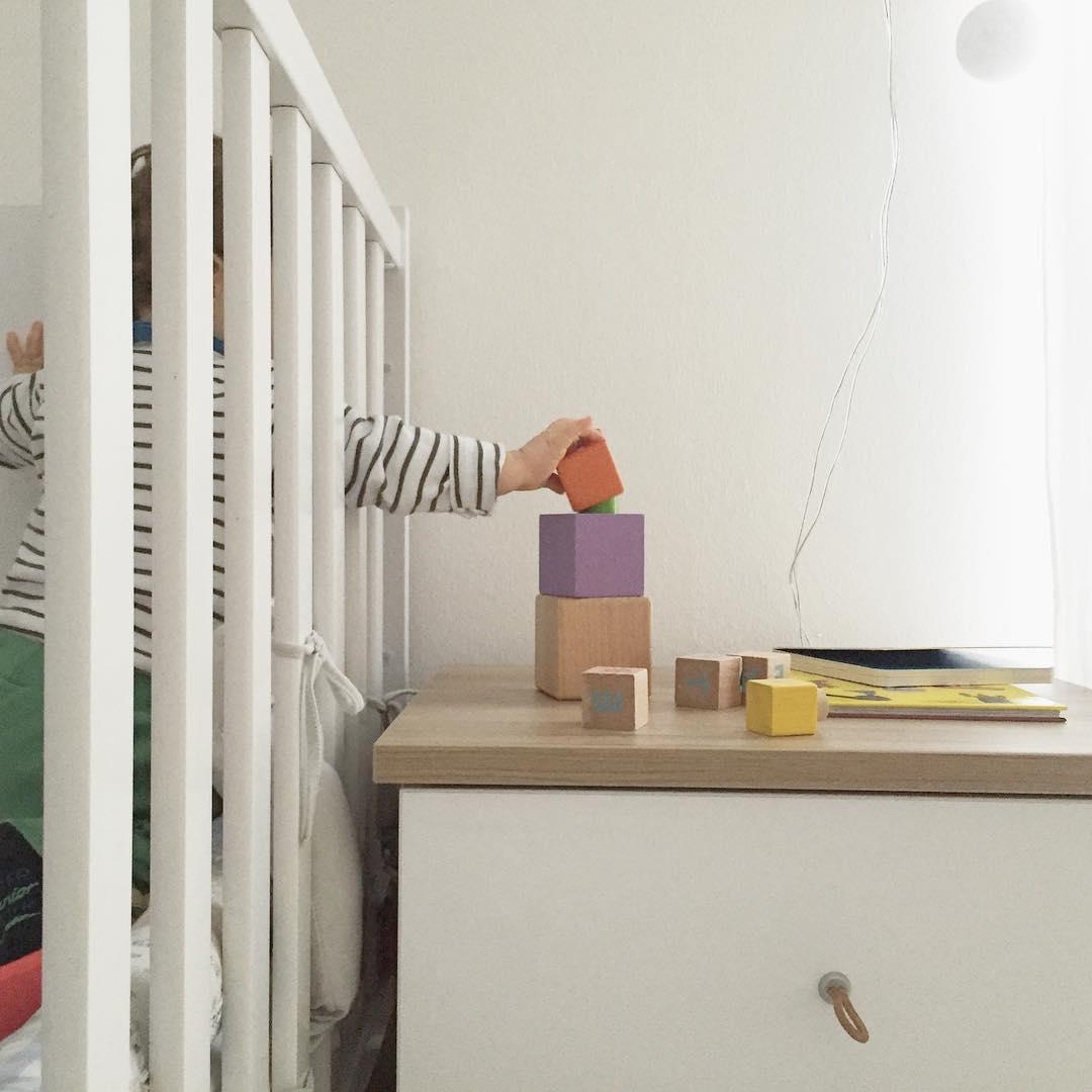 Einrichtung jungszimmer babybett deko nachtisch babyzimmer for Einrichtung deko