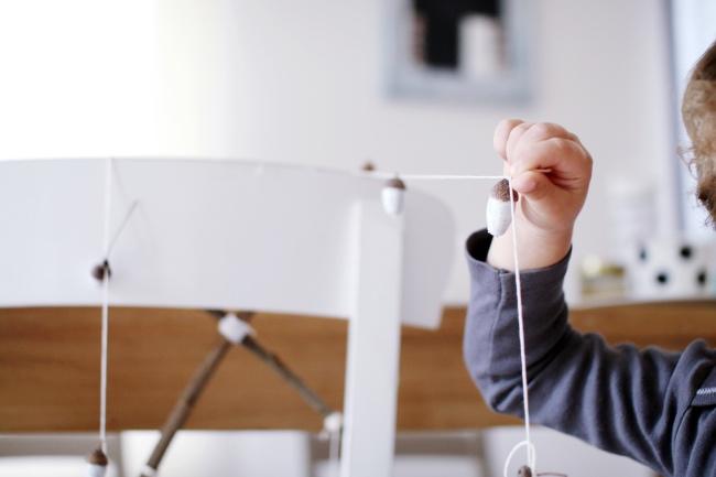 Basteln mit Naturmaterialien Mobile aus Eicheln DIY
