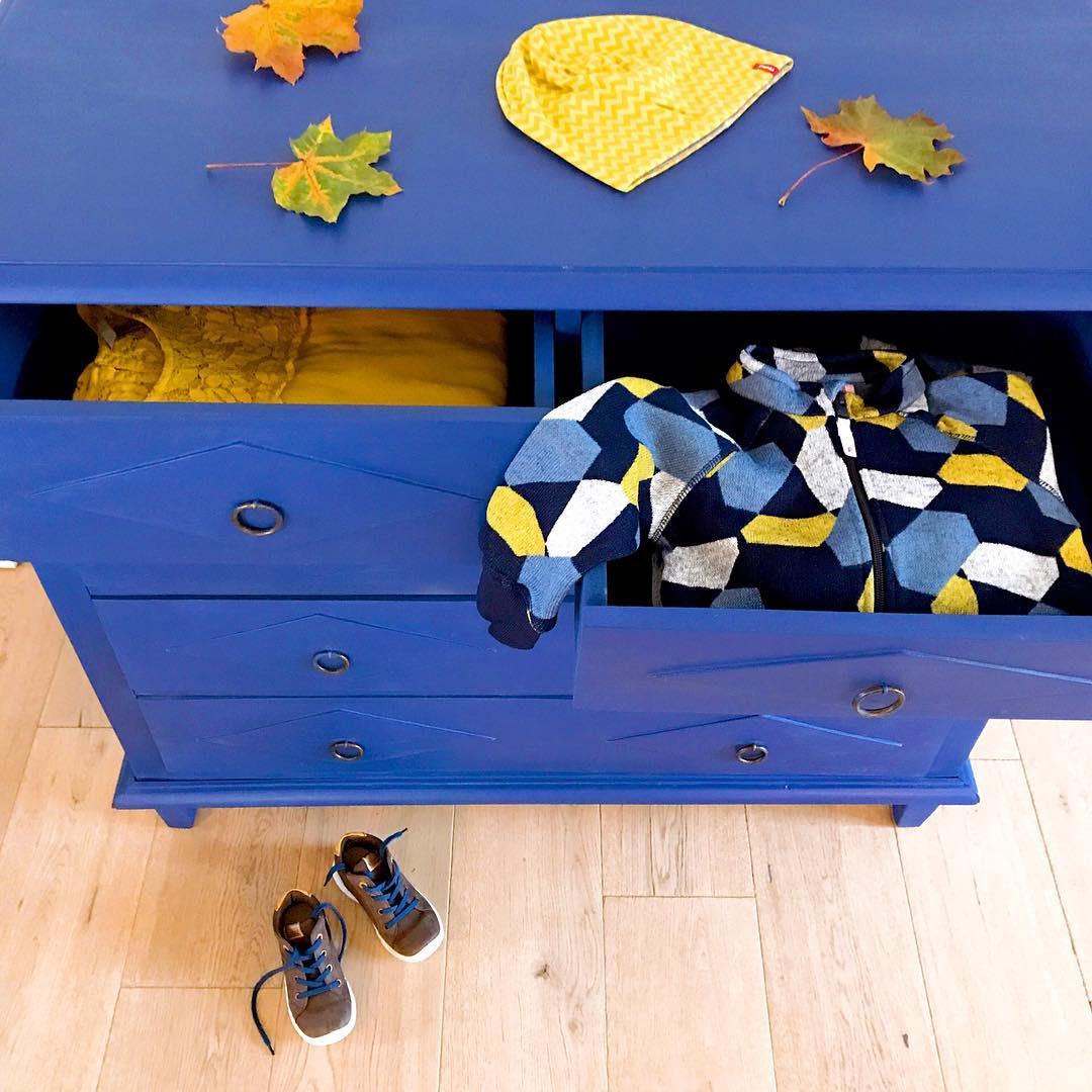Herbsturlaub mit Kleinkind Gewinnspiel Herbstdeko Kommode blau