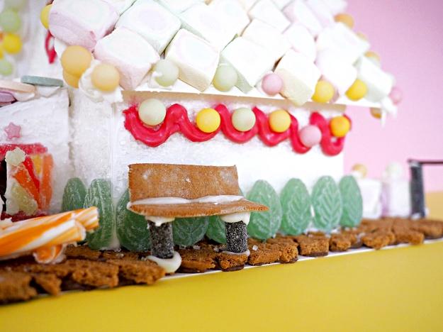 Lebkuchenhaus Ideen dekorieren Knusperhaus mit Kindern verzieren Weihnachten