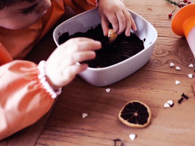 Idee Weihnachten mit Kindern Snack Mandarine mit Schokolade