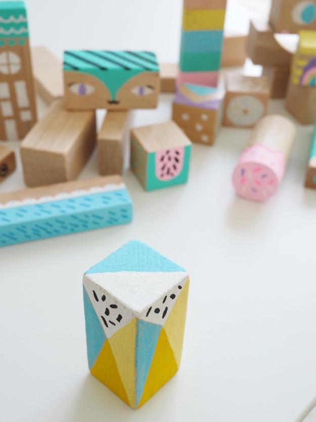Mit Bausteinen aus Holz basteln Bastelidee Kinderzimmer Deko selber machen