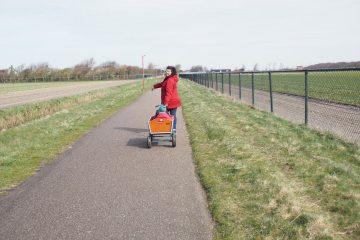 Erfahrungen Nordsee mit Kindern Familienurlaub Ferienpark am Strand mit dem Bollerwagen