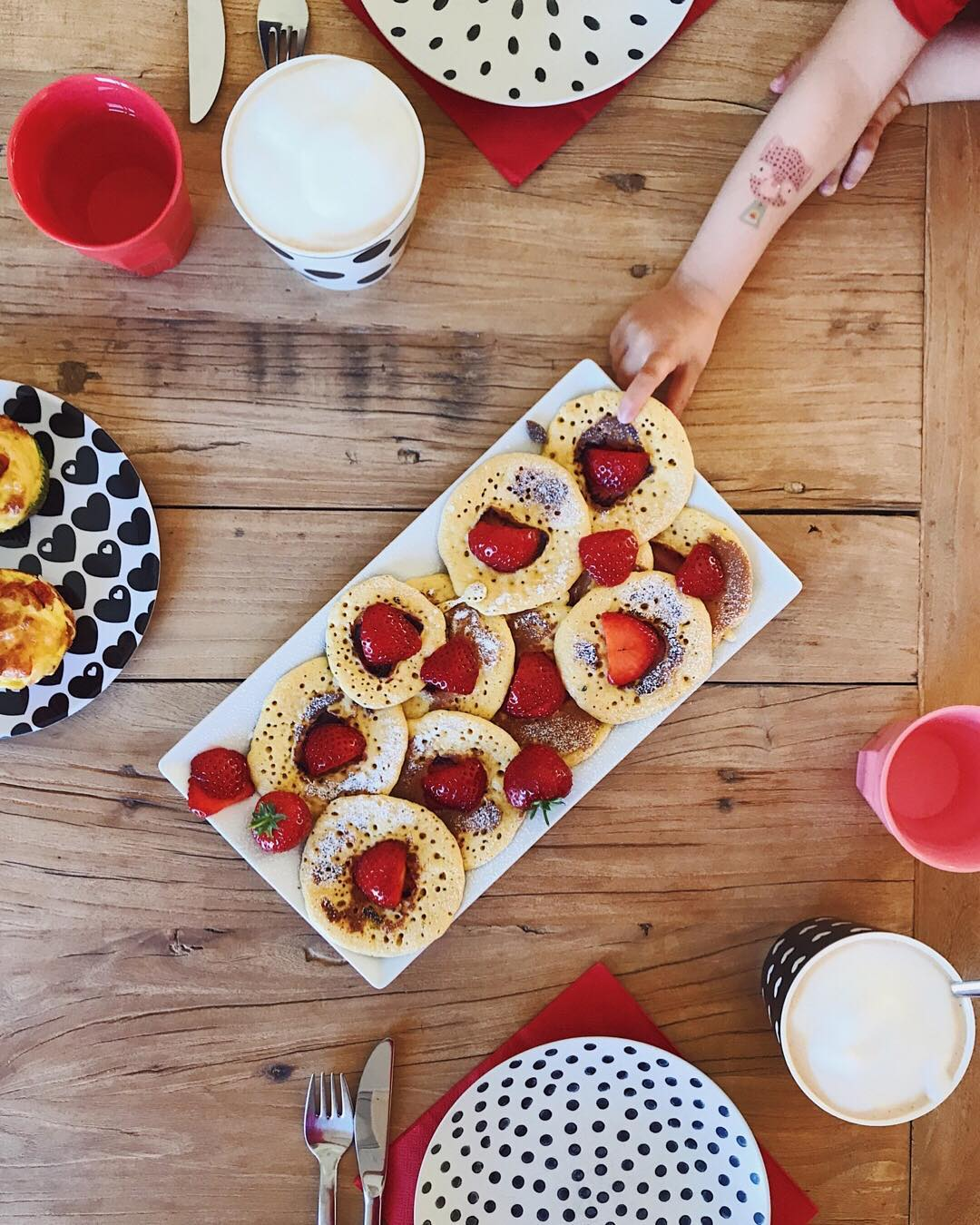 Polenta Pfannkuchen mit Erdbeeren Familienfrühstück