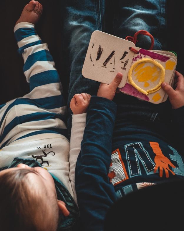 Bilderbuch basteln mit Kindern - Tag der Geschwister - kuriose Feiertage