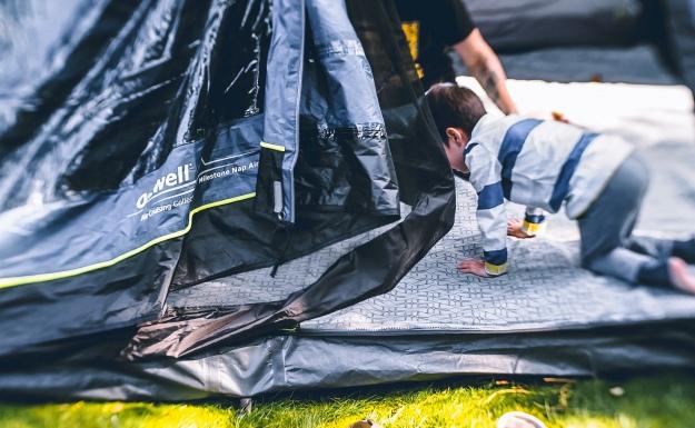 Camping mit Baby im Zelt Busvorzelt